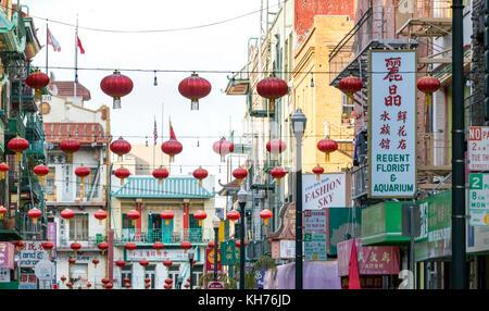 San Francisco - ca. 2017: bunte Dekorationen hängen über den Geschäften entlang Waverly Place in der chinatown Viertel - Stockfoto
