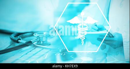 Hintergrund mit medizinischen Zeichen gegen Close-up Keyboard mit Stethoskop - Stockfoto