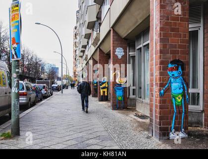 Berlin-Schöneberg - Bezirk Tempelhof. Bunte cartoon Figuren von Street Artists watch Mann zu Fuß entlang der Straße. - Stockfoto
