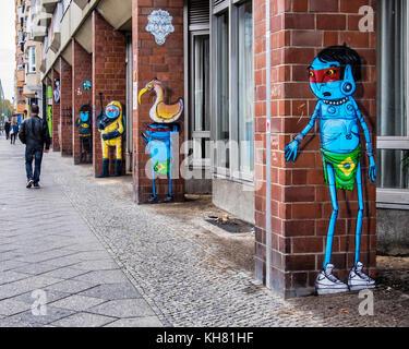 Berlin-Schöneberg. Farbenfrohe Karikatur alien Figuren von street artist, Cranio artes, Fabio de Oliveira parnaiba - Stockfoto