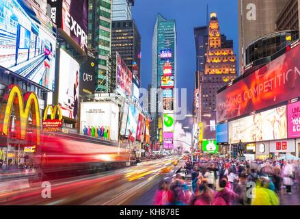 New York USA New York Times Square bei Nacht voll mit Touristen in der Nacht Manhattan New York USA Amerika Vereinigte Staaten von Amerika voll Stockfoto