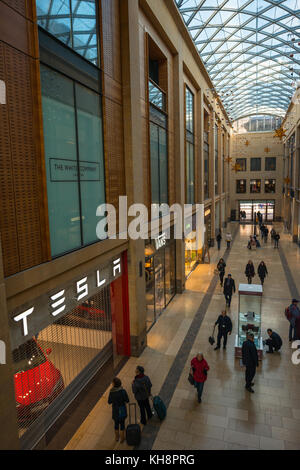 Das Einkaufszentrum Grand Arcade mit Tesla, Autohaus, in Cambridge, England, UK. - Stockfoto