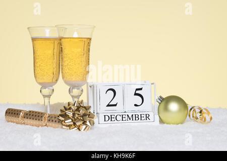 Weihnachtsfeier noch Leben mit zwei Gläser Champagner und ein Datum Block mit 25. Dezember. Kopieren Sie Speicherplatz - Stockfoto