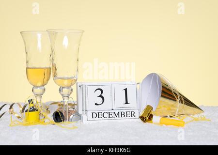 Neues Jahr Party noch Leben mit zwei leeren Gläser Champagner und ein Datum Block mit 31. Dezember mit Streamer. - Stockfoto