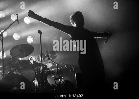 Rock Konzert, wo der Sänger und Frontmann in der Position des Kruzifix ist auch mit der Bühne Leuchten hinter ihm - Stockfoto