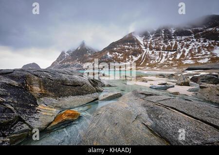 Felsige Küste von Fjord in Norwegen - Stockfoto