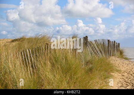 Schöne alte Zaun in den Dünen von einem Sandstrand in Norfolk, England - Stockfoto