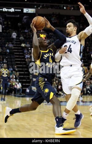 Memphis, USA. 15 Nov, 2017. Indiana Pacers guard Victor Oladipo (L) Antriebe gegen Memphis Grizzlies vorwärts Dillon - Stockfoto