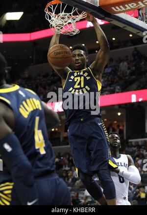 Memphis, USA. 15 Nov, 2017. Indiana Pacers, Thaddeus Young dunks den Ball gegen Memphis Grizzlies, James Ennis III - Stockfoto