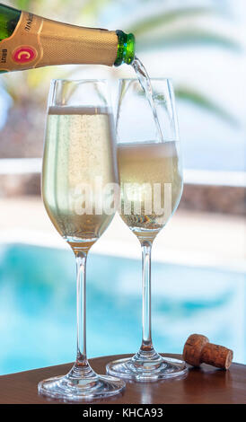 CODORNIU LUXUS LIFESTYLE CHAMPAGNER Gläser gießen der Spanischen Codorniu Cava brut Sekt Alfresco, mit luxuriösen - Stockfoto