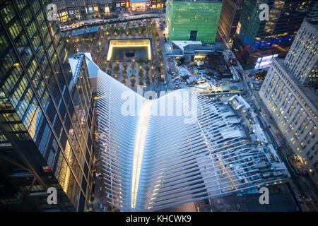 Nacht Blick auf das World Trade Center in Manhattan von oben mit Gebäuden und Oculus in Sicht - Stockfoto