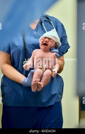 Das Neugeborene wird unmittelbar nach der Geburt geprüft