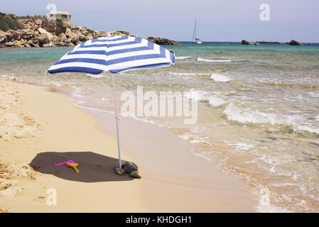 Sonnenschirm am Strand in der Nähe von Water's Edge - Stockfoto