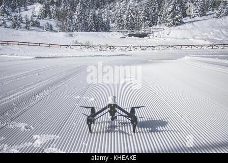 Dji Inspire 1 Brummen auf und bereit, Flug in den verschneiten Bergen von Bulgarien zu nehmen Powered