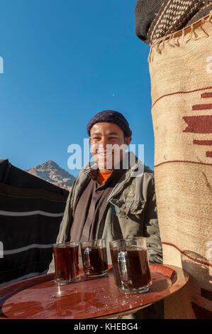 Serviert Tee im Wadi Rum Desert Camp, Jordanien, Naher Osten - Stockfoto