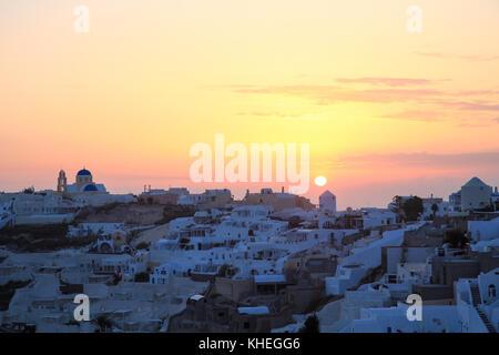 Blick auf das Dorf Oia auf Santorini, Griechenland, während der Sommer Sonnenuntergang - Stockfoto