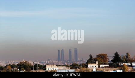 Madrid, Spanien. 16. November 2017. allgemeine Ansicht für die Luftverschmutzung in die vier Türme der Business - Stockfoto