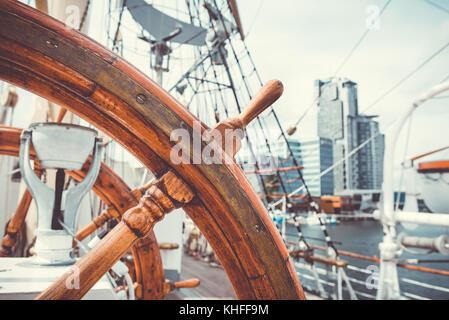 yachting schiff aus holz lenkrad segelboot detail stockfoto bild 93457424 alamy. Black Bedroom Furniture Sets. Home Design Ideas
