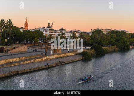 Sevilla vom Fluss - Stockfoto
