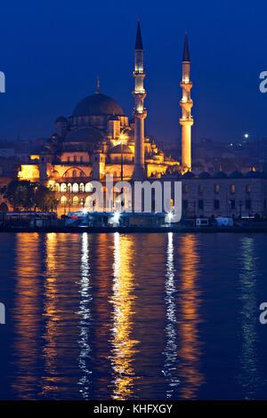 Nacht Szene über die Neue Moschee auch als yeni Cami bekannt, in der Dämmerung, in Istanbul, Türkei. - Stockfoto
