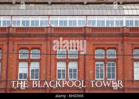England, Lancashire, Blackpool, Strandpromenade außen Detail des roten Backsteinturm base. - Stockfoto