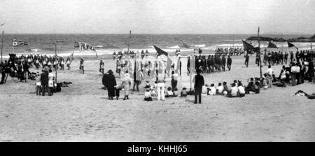 2 132516 Zuschauer genießen Der vorbeimarsch an einem surf Karneval auf Currumbin Beach, 1937 - Stockfoto
