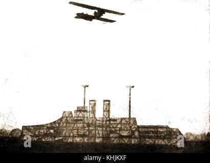 WWI Doppeldecker üben eine deutsche Bombe fallen auf einer hölzernen Attrappe eines britischen Dreadnought Kriegsschiff - Stockfoto