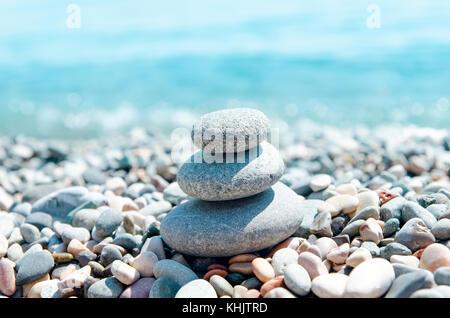 Drei Steine auf in der Nähe von Sea Stacks. zen wie Konzept - Stockfoto