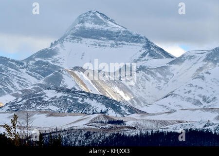 Ein Bild von einer schneebedeckten Berg auf ein stumpfes bewölkten Tag in der Alberta Ausläufer in der Nähe von - Stockfoto