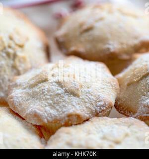 Traditionelle Weihnachten mince pies in selektiven Fokus für Weihnachten festliche Poster, Menüs oder Rezepte Schuß - Stockfoto