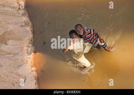 BRICHENOUGH BRÜCKE, SIMBABWE - 15. Oktober 2011. Zwei Jungen auf der Save River von Birchenough Brücke im östlichen - Stockfoto