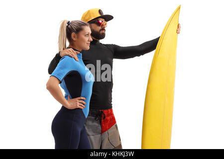 Männliche und eine weibliche Surfer mit einem Surfbrett auf weißem Hintergrund - Stockfoto