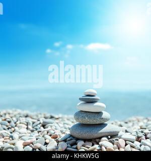 Zen - wie Steine am Strand und Sonne im Himmel. Soft Focus auf der Unterseite - Stockfoto
