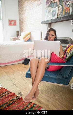 Junge Frau mit ihren Laptop - Stockfoto
