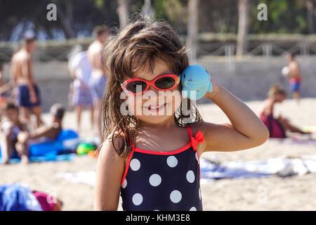 Nizza, Frankreich - August 2017: Ihr kleines Mädchen lächelt und spielt im Happy Strand von Nizza in Frankreich - Stockfoto