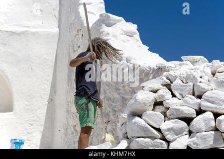 Arbeitnehmer Malerei - Panagia Paraportiani Kirche mit weißem Kalk Farbe, Mykonos Stadt, Mykonos, Kykladen, Ägäis, - Stockfoto