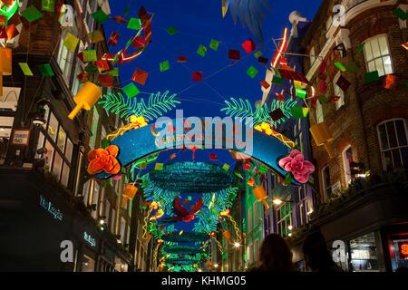 London, UK, November 17th, 2017: Weihnachtslichter auf Carnaby Street; saisonale Lichter werden über belebten Einkaufsgegend - Stockfoto