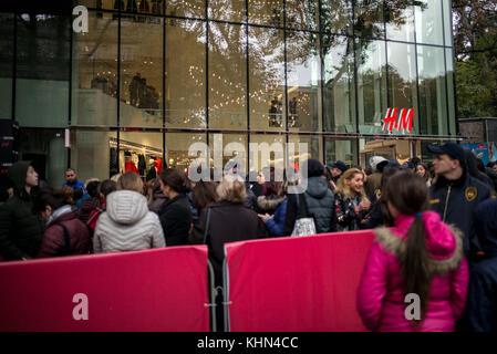 November 18, 2017 - Kunden Warteschlange das neu eröffnete h&m ...