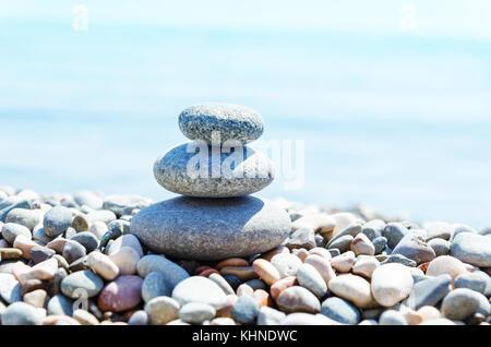Mit Steinen am Strand stapeln. Zen - wie - Stockfoto