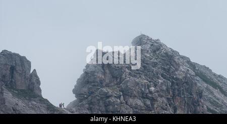 Hindelanger Klettersteig Wengenkopf : Bergsteiger am berg mit klettersteig nebel in bayern deutschland