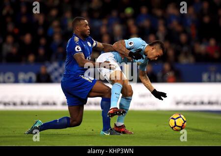 Wes Morgan von Leicester City (links) und Gabriel Jesus von Manchester City kämpfen während des Premier League-Spiels im King Power Stadium, Leicester, um den Ball.