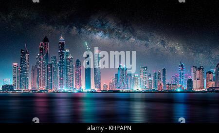 Dubai Stadt unter der Milchstraße - Stockfoto