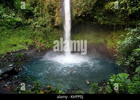 Wasserfall am Rio de La Fortuna, Costa Rica. Regenwald, La Fortuna River, Provinz Alajuela, Costa Rica, Mittelamerika - Stockfoto