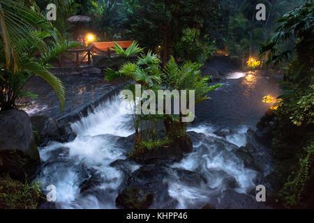Heiße Quellen aus dem Arenel vocano an der Tabacón Grand Spa, Costa Rica. Besucher genießt eine der warmen Ströme, - Stockfoto
