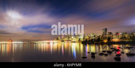 Vancouver Skyline bei Nacht, gesehen vom Stanley Park - Stockfoto