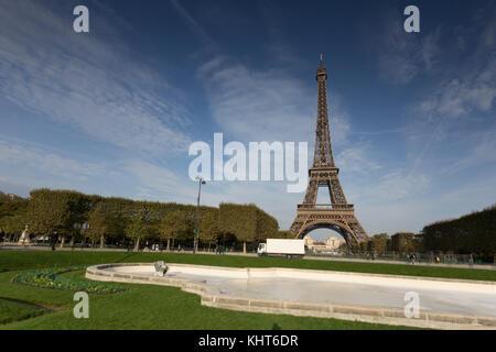 Blick auf den Eiffelturm in Paris. - Stockfoto