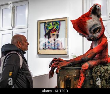 Berlin Schöneberg. Ältere ältere Mann an Arbeiten von Street Artists Urban Nation Museum für Zeitgenössische Kunst - Stockfoto