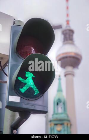 Berlin - 21. August: Grün zu Fuß Mann (ampelmann) auf die Ampel am 21. August 2017 in Berlin, Deutschland - Stockfoto