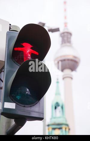 Berlin - August 21: rot Walking man (ampelmann) auf die Ampel am 21. August 2017 in Berlin, Deutschland - Stockfoto