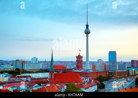Antenne Überblick über Berlin, Deutschland am Sonnenuntergang - Stockfoto